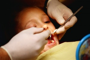 Dítě se nechává ošetřit od zubaře. Více informací na stomatologii Praha 5.