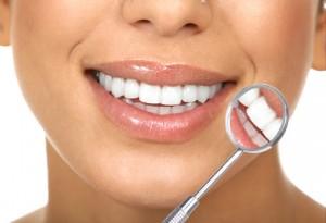Krásný úsměv, vybělené zuby. u zubaře. Stomatologická ordinace Praha 5
